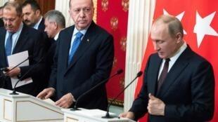 Le président russe Vladimir Poutine et le président turc Tayyip Erdogan à une conférence de presse à la suite de leurs entretiens à Moscou, en Russie, le 5 mars 2020.