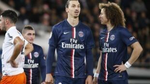 Zlatan Ibrahimovic (esq) e David Luiz (dir) em aprtida no PSG 20 de dezembro de 2015.