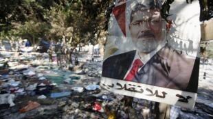 Cartaz do presidente deposto Mohamed Mursi no acampamento de Rabaa Adawiya, um dos locais onde as forças de ordem promoveram um massacre contra os manifestantes islamitas, na quarta-feira, dia 14 de agosto, no Cairo.