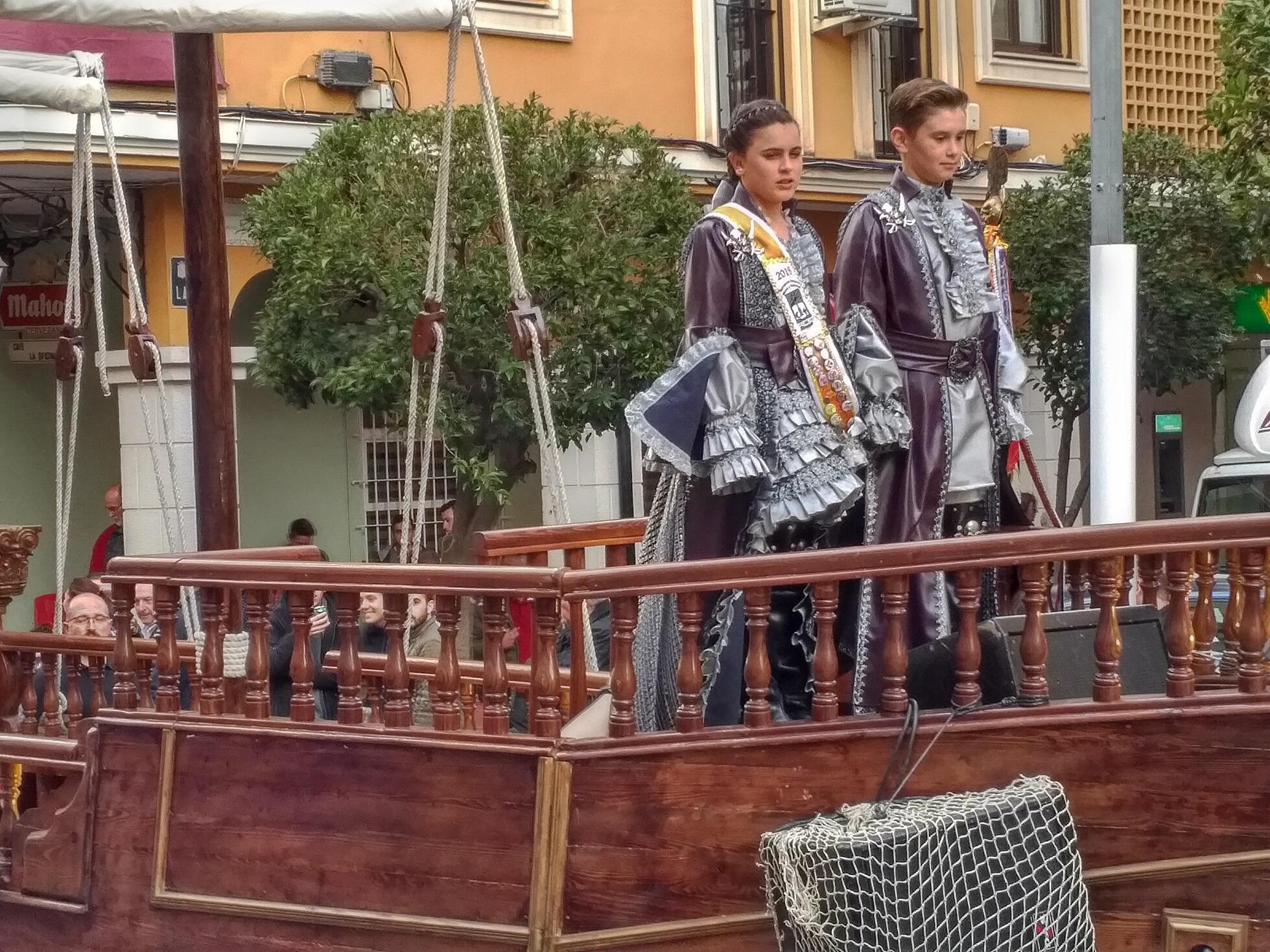 Carrozas y hasta caballos desfilan por las calles de Almansa durante la fiesta de Moros y Cristianos.