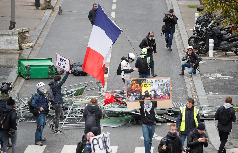 """Người biểu tình """"Áo Vàng"""" đánh dấu một năm của phong trào xã hội tại Paris, ngày 16/11/2019."""