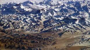 L'Himalaya, avec le plateau tibétain au premier plan.