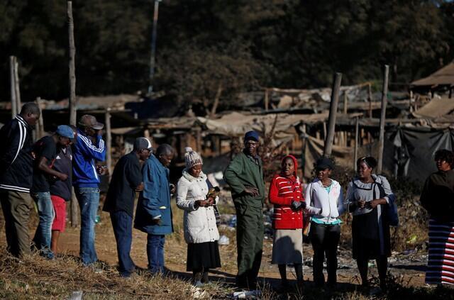 Masu zabe a Harare, babban birnin kasar Zimbabwe, yayinda suke shirin fara kada kuri'a a zaben shugabancin kasar. 30 ga watan Yuli, 2018.