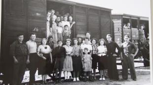 Жители Эльзаса и Мозеля возле вагона, в котором они уезжали в эвакуацию на юго-запад