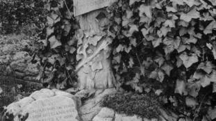 Une tombe de chien au cimetière d'Asnières visible sur le détail d'une carte postale ancienne.