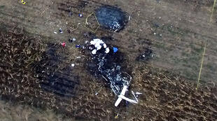 Vista aérea de la escena del accidente de un helicóptero en el que murió la gobernadora del estado mexicano de Puebla, Martha Erika Alonso, y su esposo, el senador y ex gobernador Rafael Moreno, en San Pedro Tlaltenango, México  el 24 de diciembre de 2018.