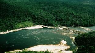 Vista aérea del rio Caroní (Venezuela) rodeado de bosques que cubren la extensa superficie de la cuenca amazónica.