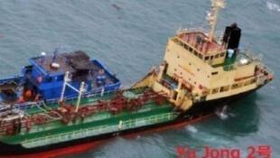 """Nhật công bố ảnh chụp tàu chở hàng mang cờ Bắc Triều Tiên """"Yu Jong 2"""", ở ngoài khơi Thượng Hải, Trung Quốc, ngày 20/02/2018"""