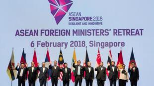 Ảnh chụp chung các ngoại trưởng ASEAN tham dự phiên họp bộ trưởng Ngoại Giao - Quốc Phòng của khối, từ 04 đến 06/02/2018, tại Singapore.