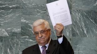 Махмуд Аббас с копией запроса о создании Палестинского государства, переданного Пан Ги Муну 23/09/2011