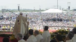 O papa Francisco destacou a importância da família na sua homilia  perante 800.000 pessoas em um parque de Guayaquil, no Equador, a 6 de Julho de 2015.