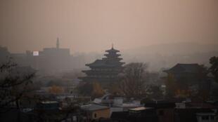 霧霾中的首爾2018年11月6日