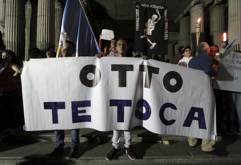 Miles de guatemaltecos se reunieron espontáneamente en el centro de la ciudad para exigir la renuncia del presidente Pérez.