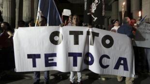 Centenares de guatemaltecos se reunieron espontaneamente en el centro de la ciudad para exigir la renuncia del presidente Pérez.