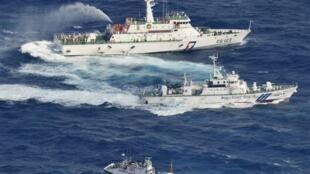 2012年9月25日,日本海上保安厅舰艇在钓鱼岛(台湾称钓鱼台,日本称尖阁列岛)附近水域,向来自台湾的保钓渔船发射水龙。为台湾渔船护航的台湾海巡署舰艇发射水龙回应。