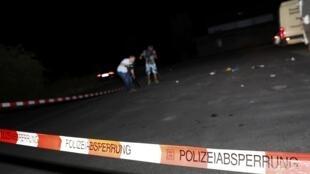 Un camarógrafo filma la escena donde fue abatido el atacante del tren, el 19 de julio de 2016.