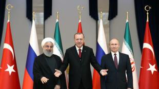 Các tổng thống Thổ Nhĩ Kỳ Tayyip Erdogan (G), Iran Hassan Rouhani (T) và Nga Vladimir Putin (P) trước cuộc họp thượng đỉnh về Syria tại Ankara, Thổ Nhĩ Kỳ, ngày 4/4/2018.