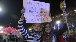 Des manifestants portant des silhouettes à l'effigie de la présidente Cristina Kirchner, le 18 avril à Buenos Aires.