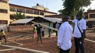 Le ministre de la Santé centrafricain Pierre Somse et son directeur de cabinet sur le chantier au Centre hospitalier universitaire (CHU) de Bangui, le 1er mai 2020.