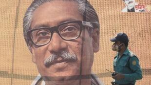 Una foto del padre de la independencia de Bangladés, Sheikh Mujibur Rahman, en una calle de Dacca, el 9 de marzo de 2020