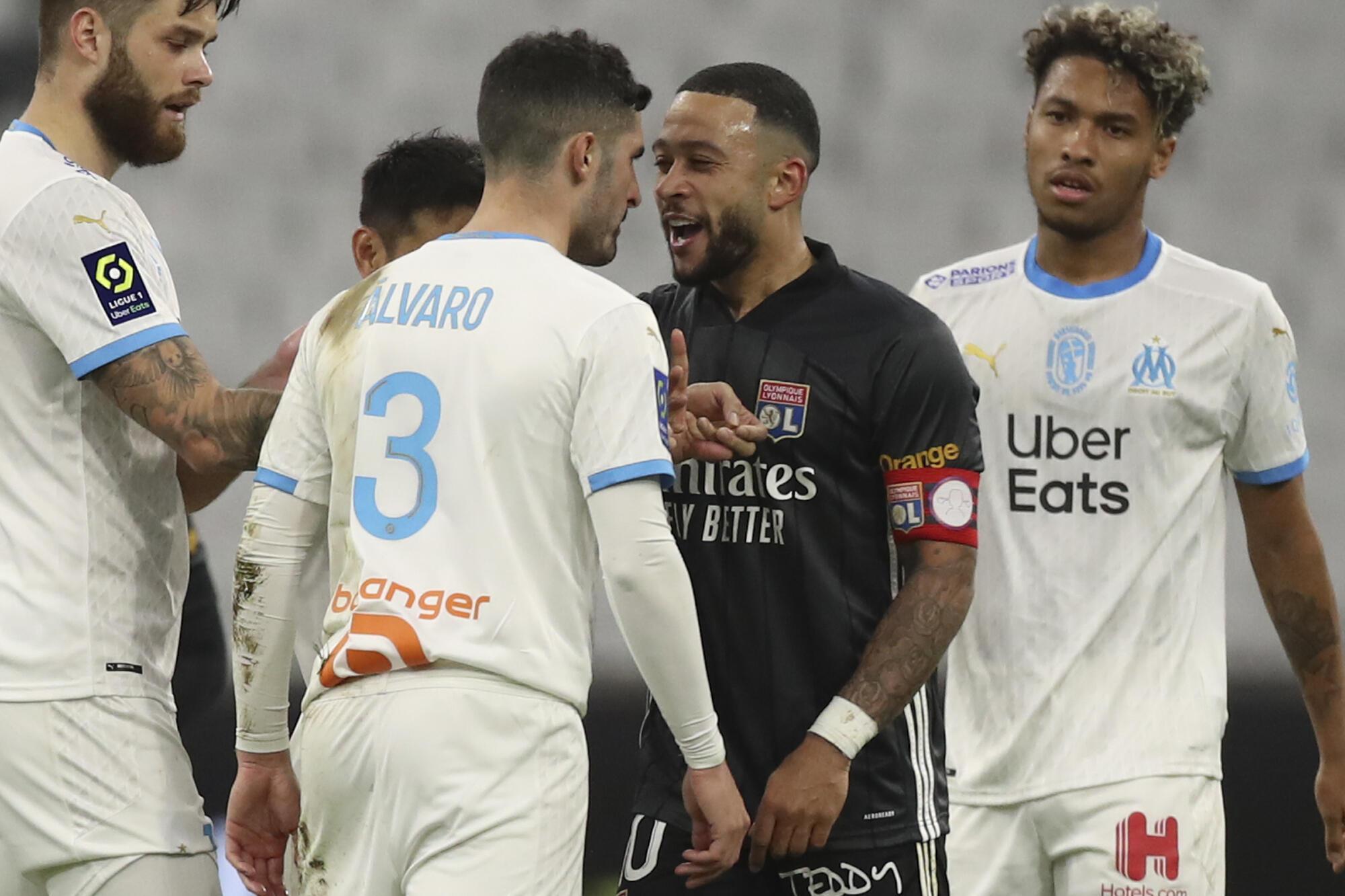 Moment de tension entre le Marseillais Alvaro Gonzalez et le Lyonnais Memphis Depay, le 28 février 2021.