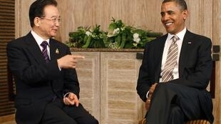 Barack Obama (R) meets Chinese Prime Minister Wen Jiabao at Nusa Dua, Bali, on 19 November