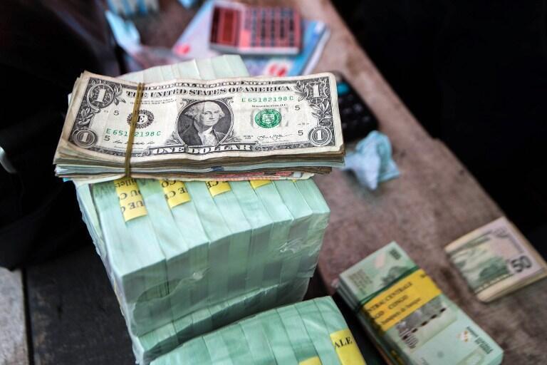Une liasse de dollars sur un marché de Kinshasa.