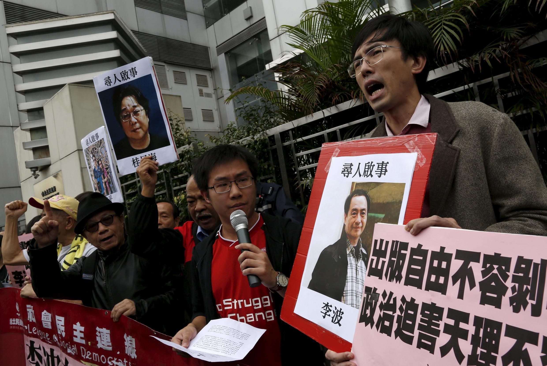 Manifestantes pró-democratas protestam contra o desaparecimento de 5 membros da editora e livraria de Hong Kong Causeway Bay Books. 03 de janeiro de 2016.