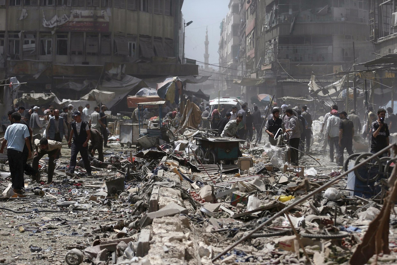 """بمباران های هوائی روز یکشنبه ١٦ اوت/٢٥ مرداد در بازار """"دوما"""" نزدیک به یکصد کشته ببار آورد."""