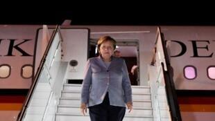 La chancelière allemande Angela Merkel à son arrivée à l'aéroport Félix-Houphouët-Boigny d'Abidjan, mardi 28 novembre 2017, pour participer au sommet UA-UE.