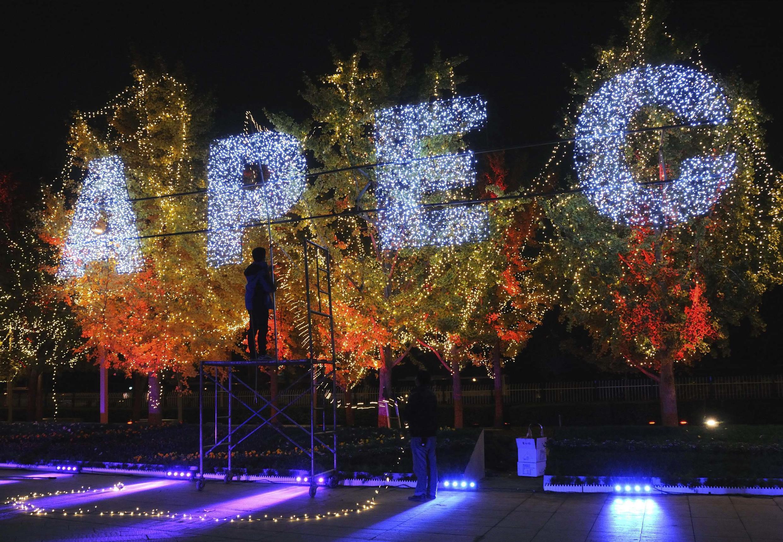 北京街头欢迎亚太峰会装饰景,2014年10月30日。