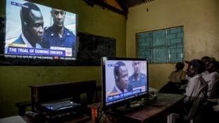 Des Ougandais en train de suivre à la télévision le procès de Dominique Ongwen dans la ville de Lukodi.