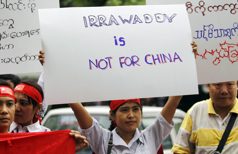 Người Miến Điện tại Malaysia biểu tình phản đổi dự án xây đập Myitsone, trước sứ quán Miến Điện tại Kuala Lumpur, 22/9/2011