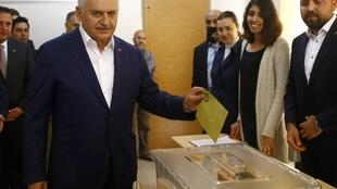 Turkish Prime Minister Binali Yildirim casts his ballot at a polling station during a referendum in the Aegean port city of Izmir on April 16, 2017