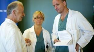 O professor sueco Mats Brannstrom (à direita), pioneiro no transplante de útero, conversa com dois membros de sua equipe, Andreas Tzakis e Pernilla Dahm-Kahler.