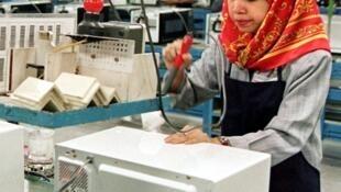 Une ouvrière malaisienne à l'oeuvre sur une chaîne d'usine Samsung. (image d'archive)
