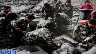 Soldados chineses buscam sobreviventes do terremoto, na cidade de Yushu, no sudoeste da China.