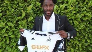 L'Ivoirien Wilfried Bony présente son nouveau maillot.