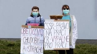 Des travailleurs frontaliers attirent l'attention sur la précarité de leur situation à la frontière tchéco-allemande à Folmava, République tchèque, le 1er mai 2020.
