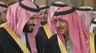El depuesto príncipe heredero Mohamed ben Nayef (dcha) habla con el príncipe heredero  Mohamed bin Salmán en el Consejo de la Shura en Riad, en una imagen de archivo difundida por el Palacio Real saudí el 14 de diciembre de 2016