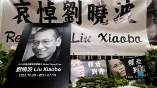 Các nhà dân chủ Hồng Kông tưởng niệm Lưu Hiểu Ba, trước Văn Phòng Liên Lạc của Trung Quốc. Ảnh ngày 13/07/2017.