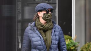 Homem utiliza máscara ao sair às ruas de Nova York, epicentro do coronavírus nos Estados Unidos.