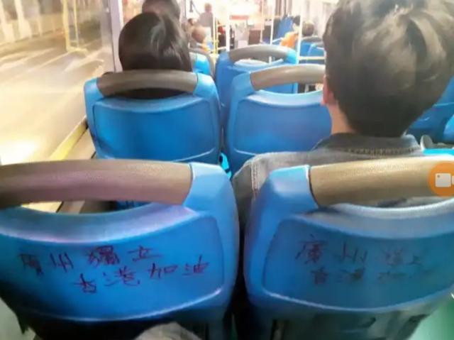 Inscrições independentistas em autocarros de Cantão, sul da China.