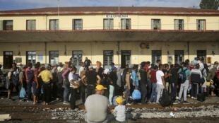 Des migrants attendent à une gare en Grèce près de la frontière macédonienne, en septembre 2015.