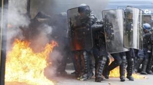 Em Paris, manifestantes e policiais entraram em confronto no final do protesto contra a reforma do trabalho, nesta terça-feira (17).