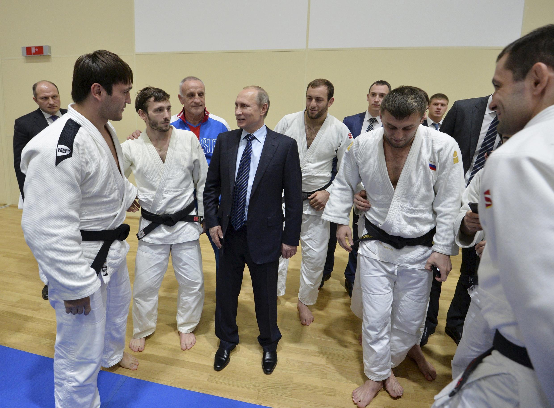 Tổng thống Nga Vladimir Putin với các võ sĩ Judo, môn thể thao sở trường của ông, tại Sotchi, ngày 11/11/2015