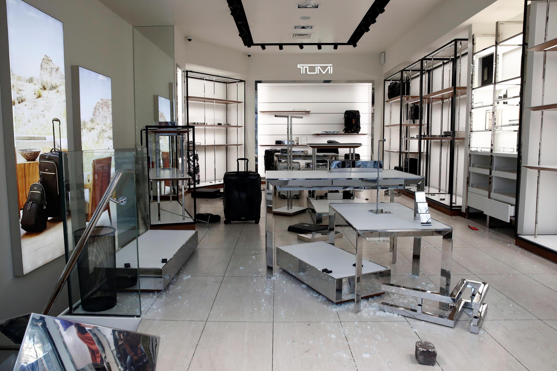 Interior da loja da marca Tumi, especializada em bagagens, saqueada neste sábado (16) na avenida Champs Elysées.
