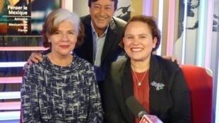 La directora de la Maison Universitaire Franco-Mexicaine, Sonia V. Rose con Estefanía Angeles, directora del Instituto de México de París y Jordi Batallé después de la grabación, de El invitado de RFI.