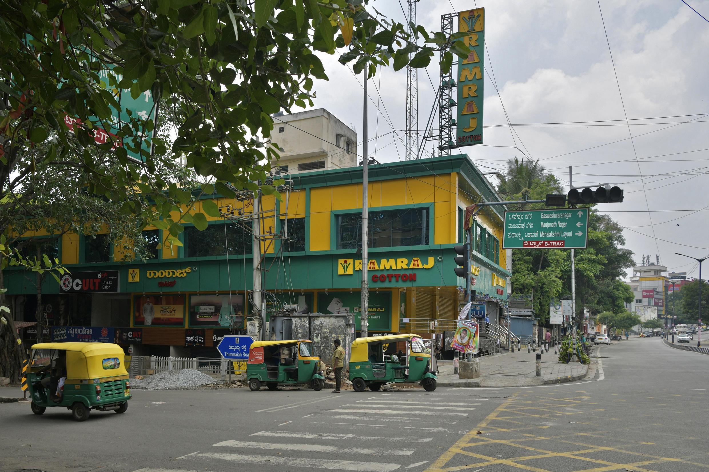 Một khu chợ bị đóng cửa trong dịp cuối tuần do bị phong tỏa ngăn ngừa Covid-19, tại Bangalore, Ấn Độ, ngày 24/04/2021.