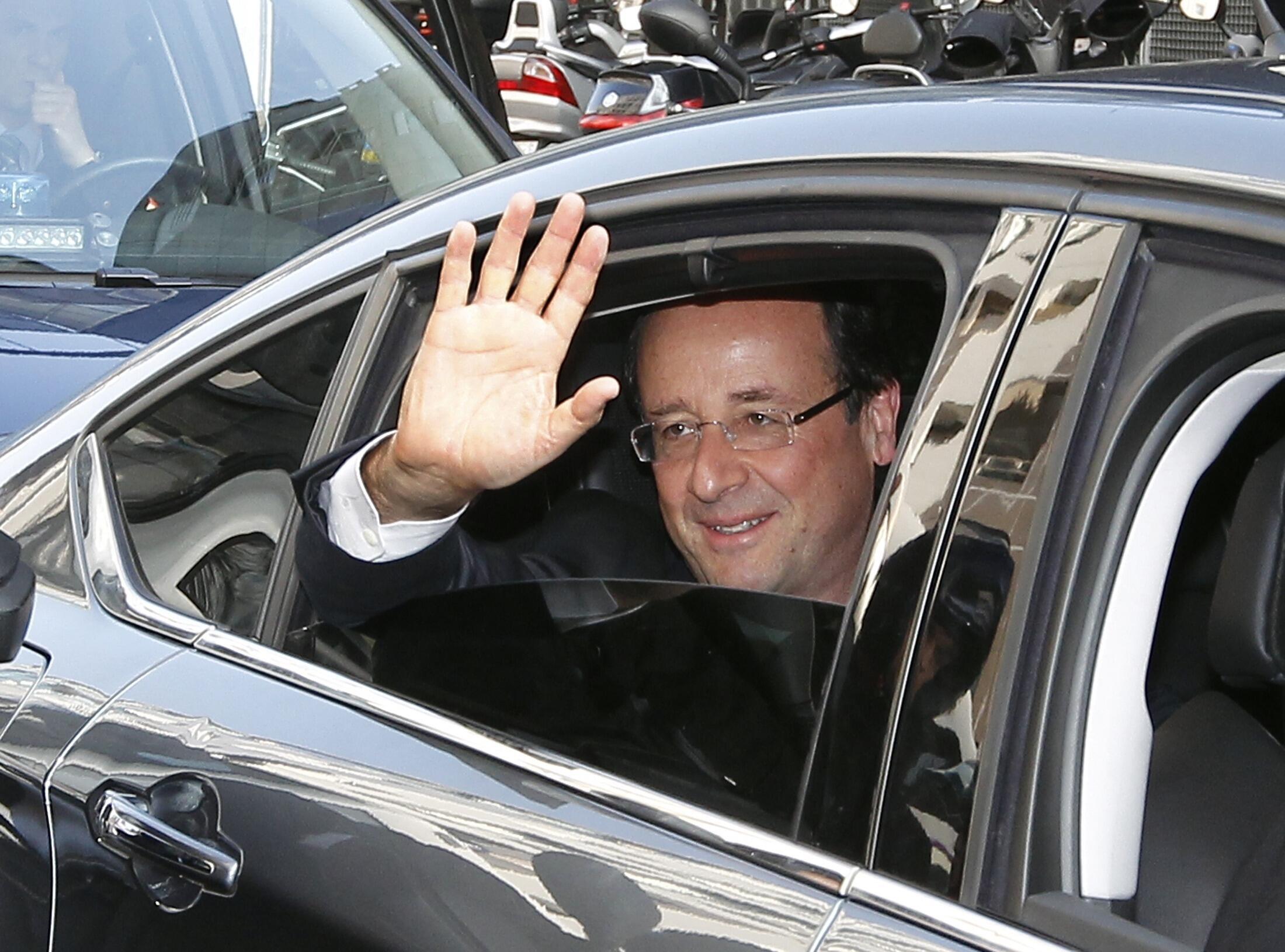 O presidente eleito François Hollande acena para público durante cerimônia em Paris, no dia 9 de maio